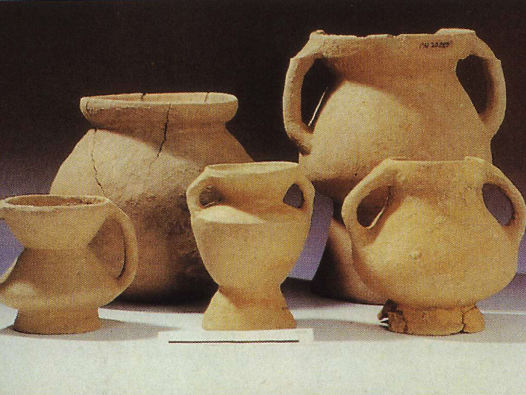 The double-handled pottery of the Beinan Culture (cited from Song Wen-Xun, Lian Mei-Zhao 1987)