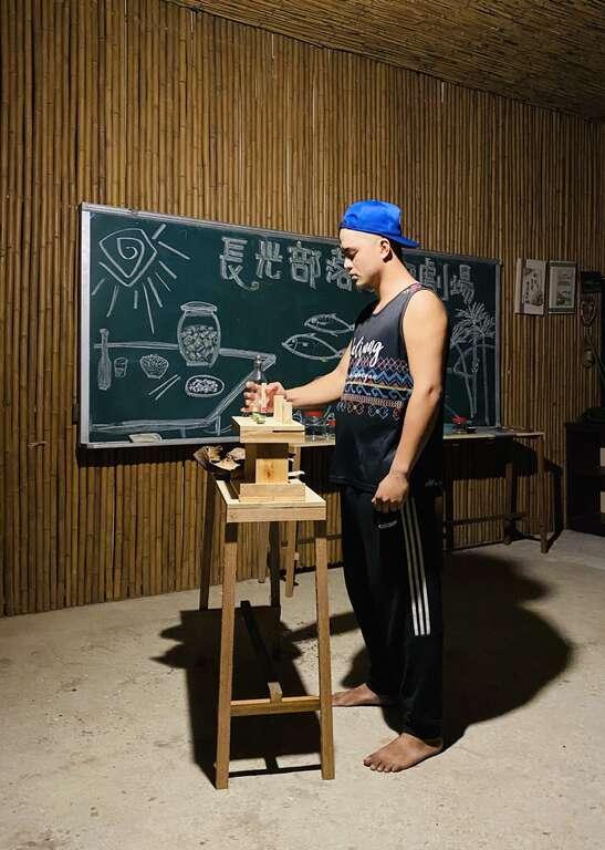 族人表演分食豬肉前儀式