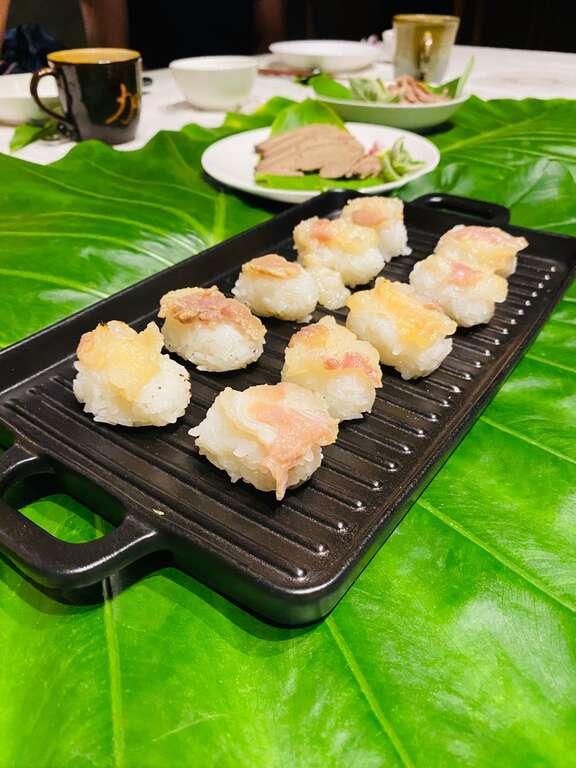 上菜秀餐點-炙燒siraw(醃豬肉)握壽司