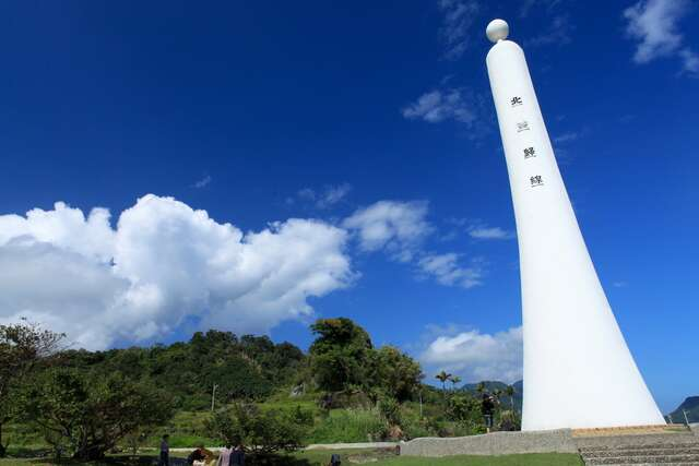 This is the standard under the blue sky stood the Tropic of Cancer Monument